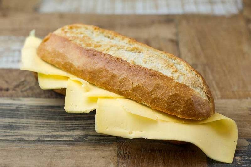 Belegd broodje met Jong belegen