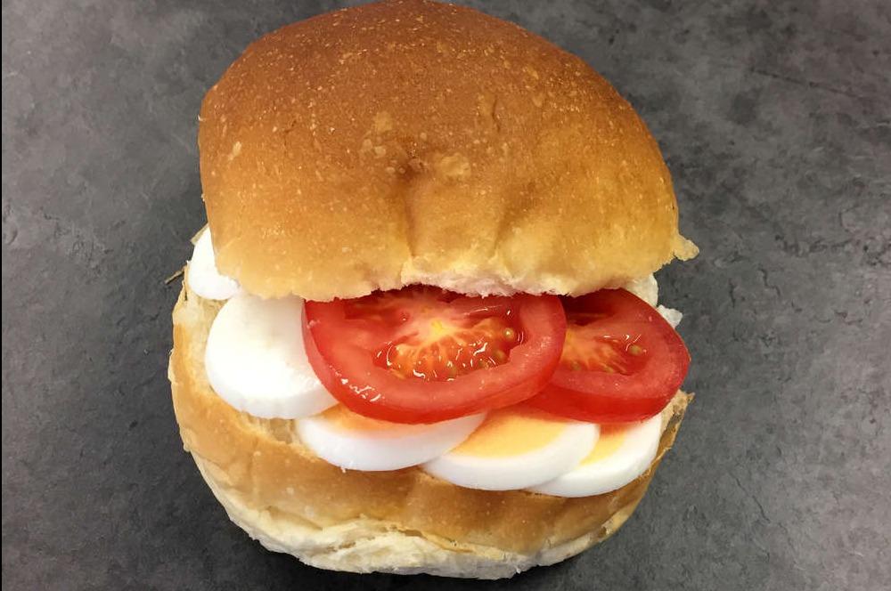 Belegd broodje met ei/tomaat