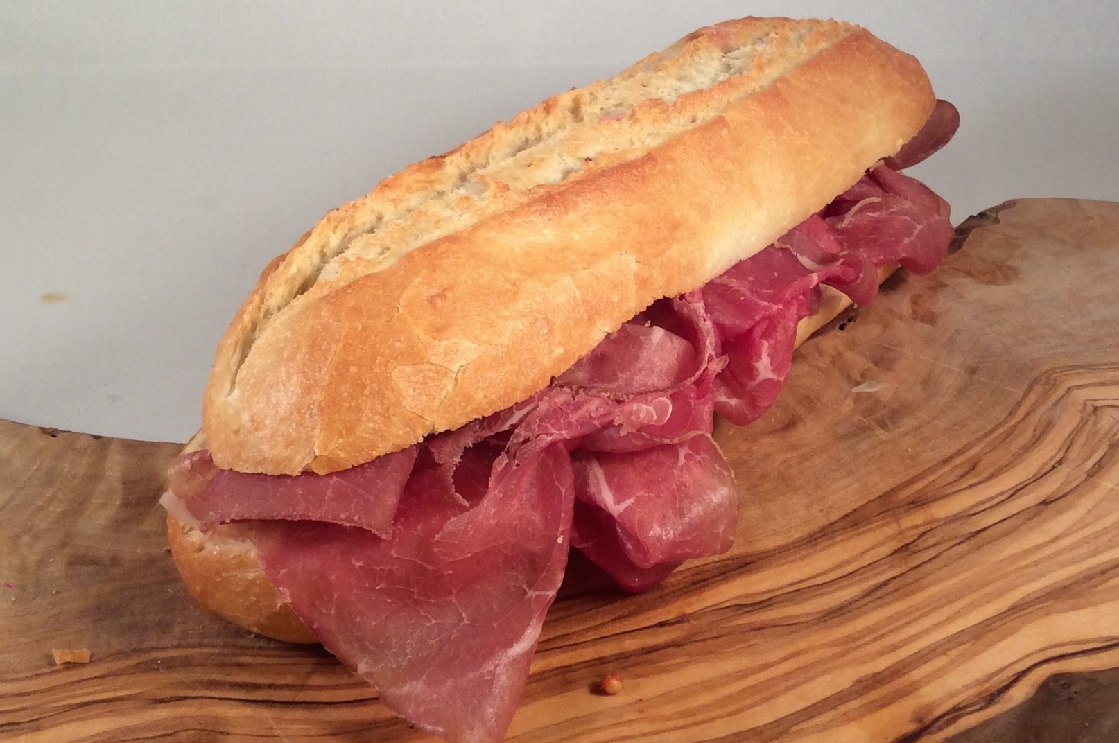 Belegd broodje met runderrookvlees