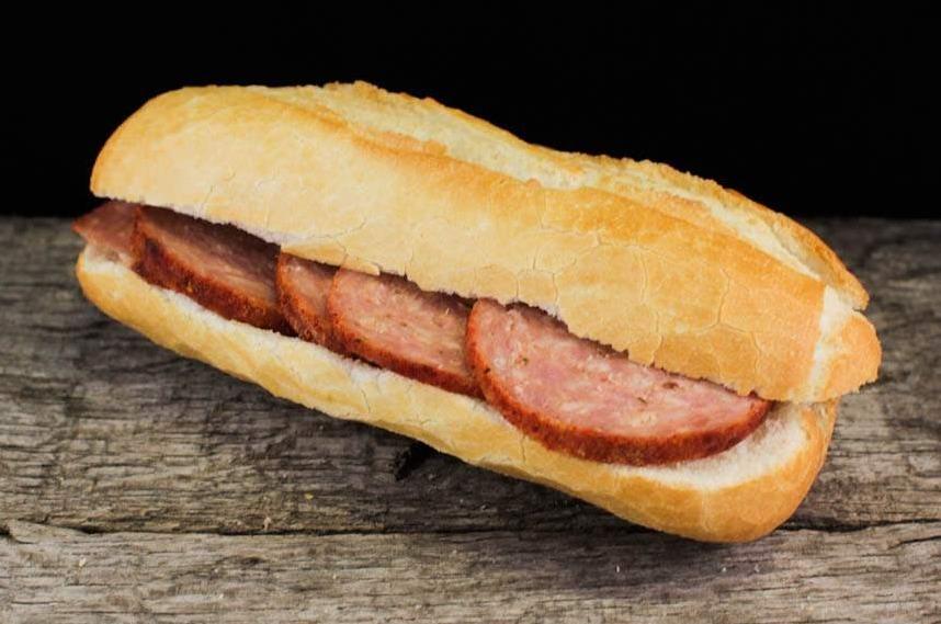 Belegd broodje met grillworstnaturel