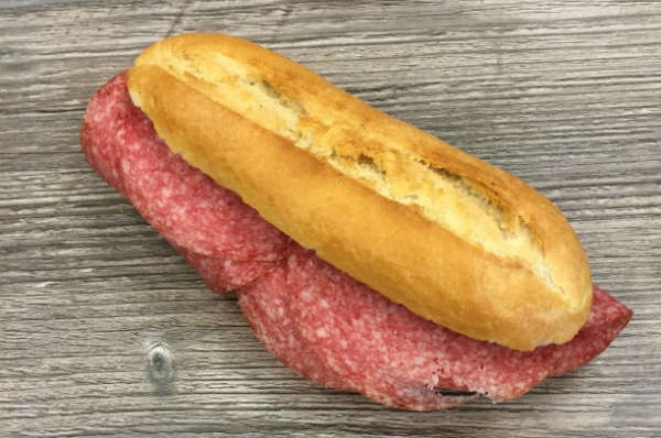 Belegd broodje met salami