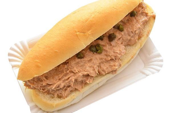 Belegd broodje met tonijnsalade