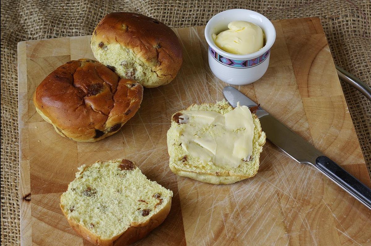 Krentenbol met boter