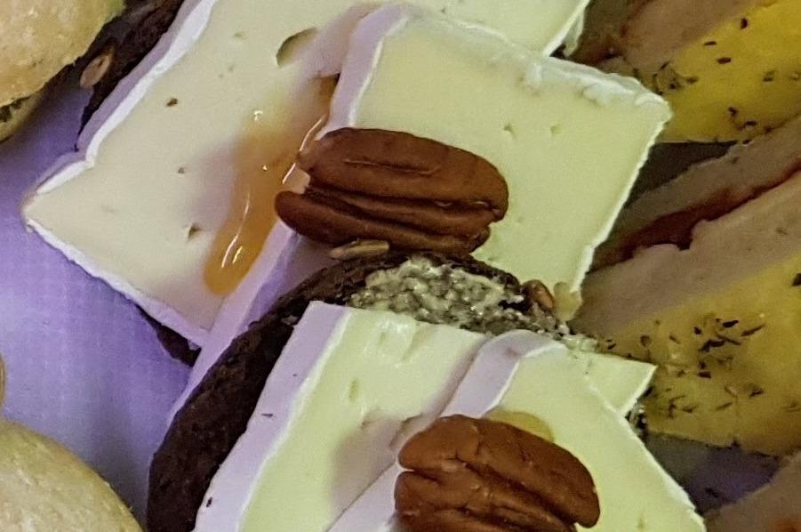 Notenvijgen brood met brie pecannoot en honing
