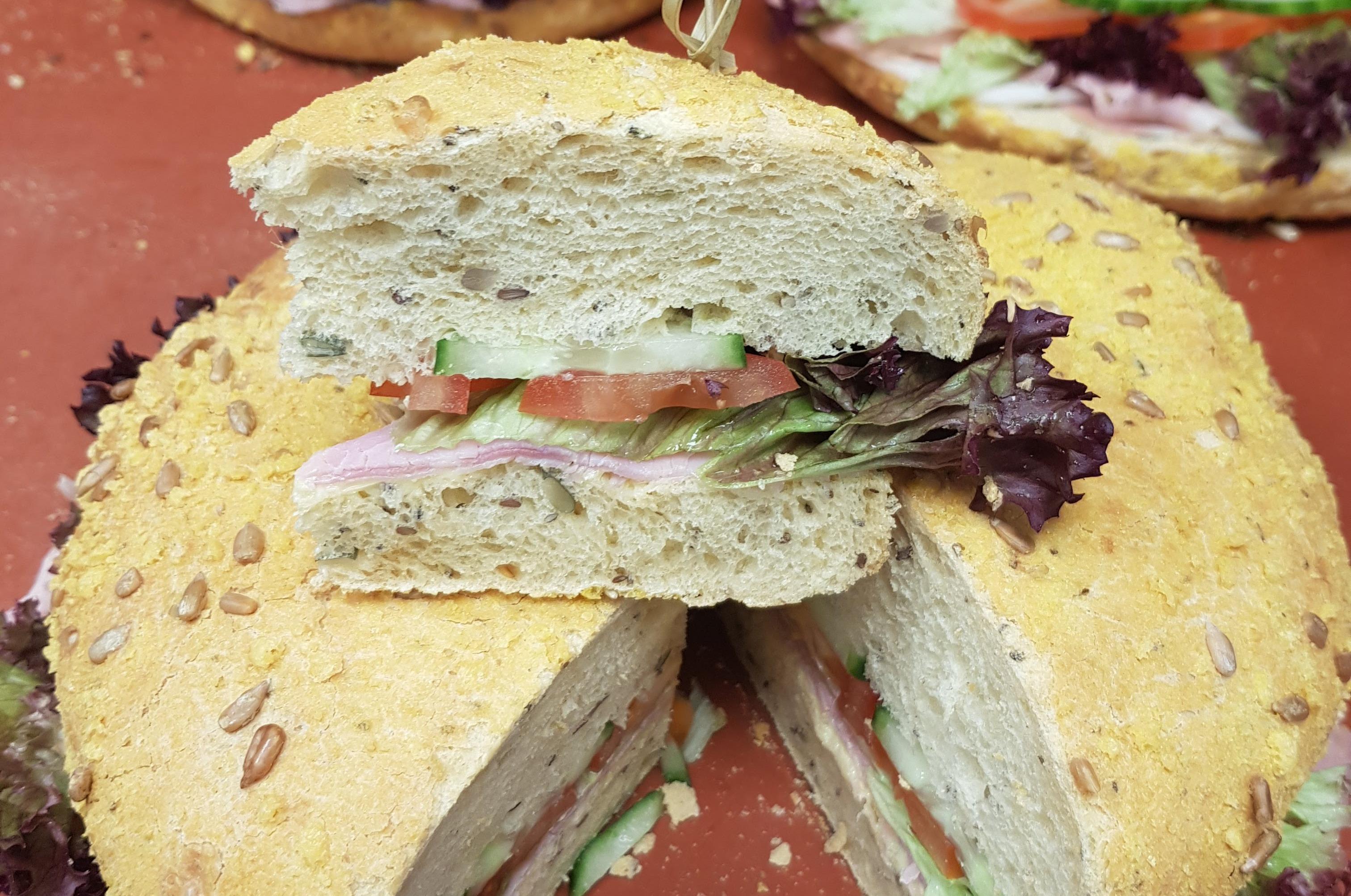 Luikse brood met eiersaladesla, komkommer en tomaat