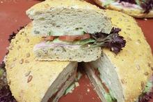 Luikse brood met zalmmet sla, komkommer en tomaat